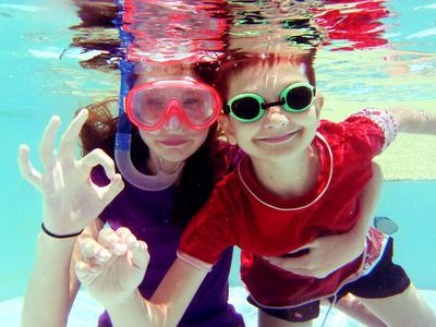 Enfants nageant sous l'eau